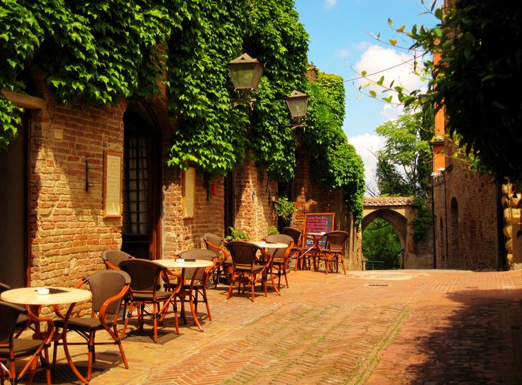 Enjoynig a warm late spring day in Certaldo Alto, Tuscany, surrounded by history and quaint medieval villages. #tuscany #certaldo #medievalvillage www.hotelcertaldo.it