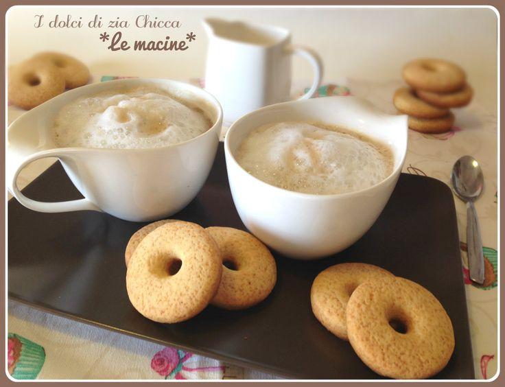 Le+Macine,+i+biscotti+di+Luca+Montersino 25 biscotti  242 g di farina 00 32 g di amido di riso 100 g di zucchero semolato Eridania 100 g di burro morbido 42 g di uova intere (circa uno) 20 g di panna 10 g di sciroppo di glucosio 1 pizzico di sale 2-3 g di lievito per dolci 1 baccello di vaniglia o vanillina  In una terrina lavoriamo il burro morbido con lo zucchero ed il glucosio fino a formare una crema. Uniamo poi l'uovo, la panna, il sale e la vaniglia A parte setacciamo la farin