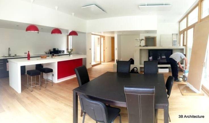Vue de l'ensemble de l'espace de vie ouvert en cours d'achevement.: Salon de style de style Moderne par 3B Architecture
