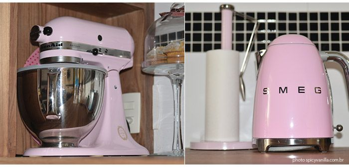 Tour pela minha nova cozinha | Estilo retrô, tons pastel, geladeira rosa.  Veja o tour em vídeo e mais fotos aqui: http://www.makeupatelier.com.br/2017/07/tour-pela-minha-nova-cozinha-estilo-retro-tons-pastel-geladeira-rosa-e-muitas-fofuras/  #kitchen, retrô, vintage, rosa, pink, antiga, cozinha,decor, decoração, dicas,kitchenaid,smeg,