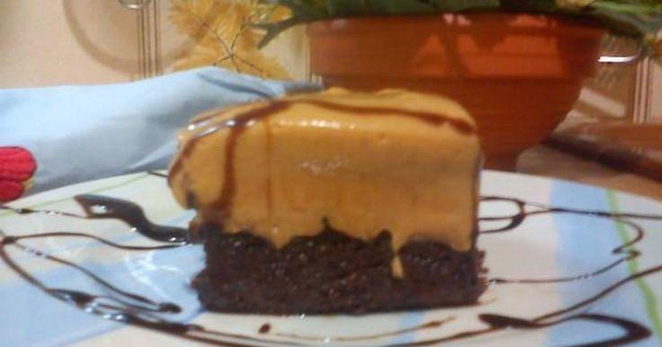 Εξαιρετική συνταγή για Κολασμένη σοκολατόπιτα με καραμέλα γάλακτος. Εύκολο σιροπιαστό γλυκάκι που παρασκευάζεται σε ένα μπολ με απλά υλικά που έχουμε πάντα στο ντουλάπι όπως φαριν απ, κακάο, αυγά, ζάχαρη, μαργαρίνη που είναι τα βασικά και λερώνουμε μόνο μια κατσαρόλα...Απλό, εύκολο και... κολασμένο! Λίγα μυστικά ακόμα Η ιδέα μου ήρθε όταν έκανα την σιροπιαστή σοκολατόπιτα γνωστής εκπομπής του Skai και την πέταξα στα σκουπίδια... Ήταν πολύ βαριά συνταγή -η ίδια ανέφερε ότι είναι για παιδικά…