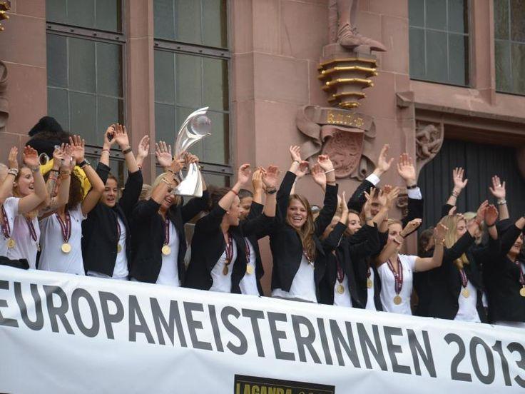 Das Team der deutschen Frauenfußball-Nationalmannschaft feiert auf dem Römer in Frankfurt am Main den EM-Titel. Am Vortag gewannen die DFB-Frauen das Finale in Schweden gegen Norwegen mit 1:0. (Foto: Federico Gambarini/dpa)