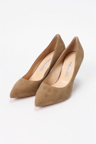 PELLICO ポインテッドパンプス 8.0cm(スエード)  PELLICO ポインテッドパンプス 8.0cm(スエード) 49680 2016SS IENA PELLICO PELLICO (ペリーコの靴はイタリアの最上級の素材と最高の職人技術によって生産されています 熟練の職人によって行われる靴作りは自らの小さな工房でかたくなにひとつひとつ丁寧に作りあげられています その高い技術により数々のハイブランドからのオファーを受けながらも高い技術と自らのコレクションを守るためにどこにも属さない姿勢を貫いています PELLICOの靴は走れる8cmヒールと例えられるその安定感が魅力 日本人の足にも吸い付くような履き心地を約束してくれます 履く女性を少しだけエレガントにしてくれる一足 こちらの商品はIENAでの取り扱いになります 直接店舗へお問い合わせの際はIENA店舗へお願い致します