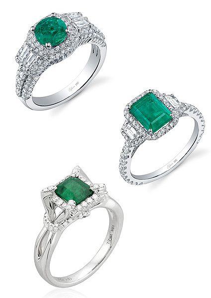 Anillos de compromiso de esmeraldas, con montura de oro blanco y diamantes.