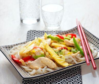 Smakfull asiatisk wok med kyckling, paprika, bambuskott och minimajs i en krämig sås av kokosmjölk. Servera din wok tillsammans med risnudlar eller ris. En utmärkt måltid som för dina smaklökar till Asien.