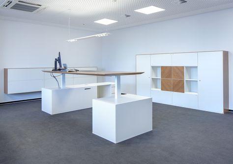 Exklusives Design der M-Line verbindet sich hier harmonisch mit der Steh/Sitz-Funktion des Tisches. Exklusives Furnier (Euro Nussbaum) in Kombination mit den weiß lackierten Möbeln unterstreicht die Oberflächenkompetenz und setzt sowohl am Tisch als auch am Schrank den entsprechenden optischen Akzent.