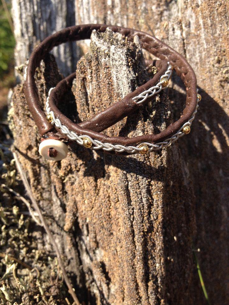 Brunt dubbelarmband med guldfärgade pärlor