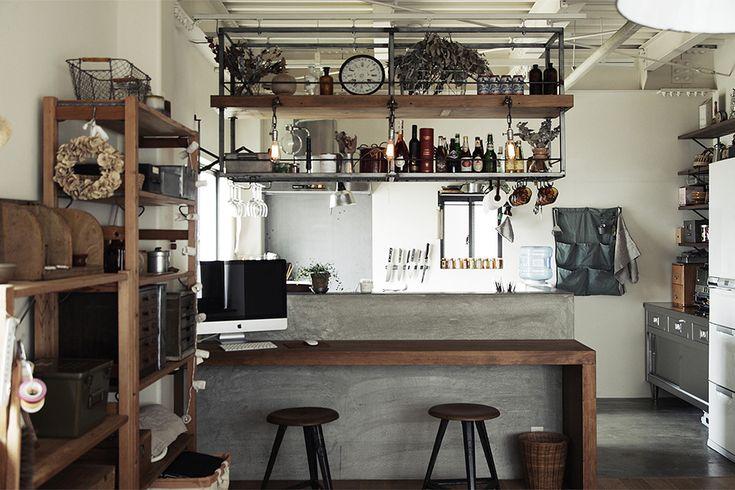 モルタルキッチンカウンターとスチールの釣り棚   by EIGHT DESIGN