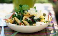 Voici une recette pour préparer rapidement une salade composée de pennes, d'haricots verts et de tomates marinées.