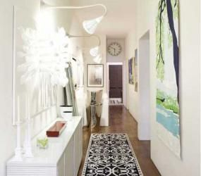 Узкий коридор с белым комодом