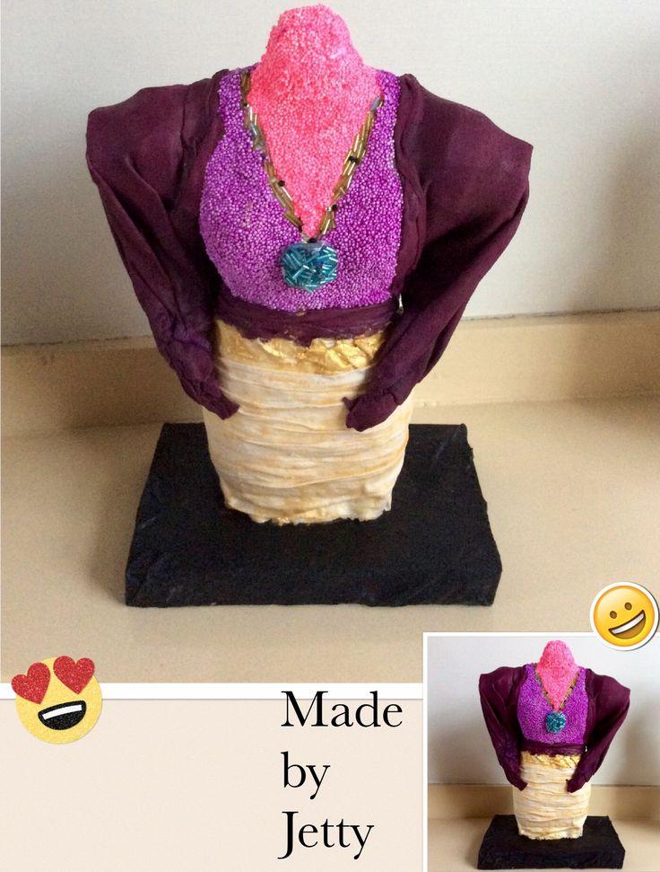 Torso van piepschuim bewerkt met pearl clay en stof met textielverharder.