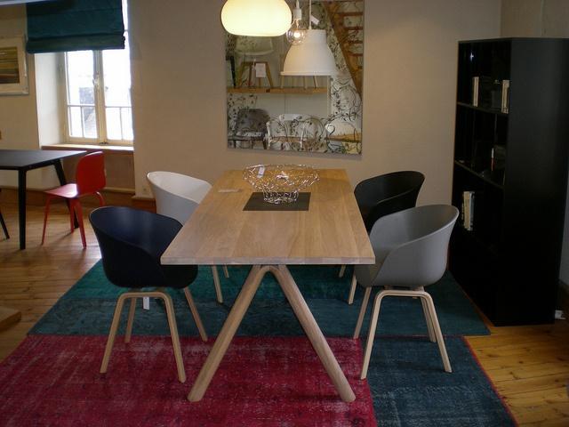 Une présentation dans notre boutique de la table Split de Staffan Holm et du fauteuil About a chair de Hee Welling (Muuto et Hay)