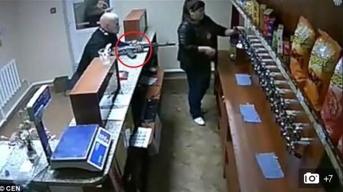 Ditodong Senjata Api AK-47, Ucapan Wanita Ini Malah Bikin Keder Si Penjahat. Lihat video nya..