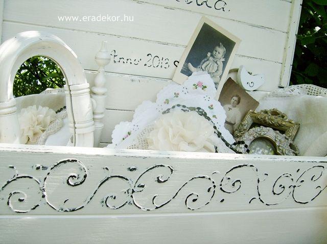Provence-i stílusú, antikolt fehér névre szóló játéktároló láda. Fotó azonosító: JATNORFEH03