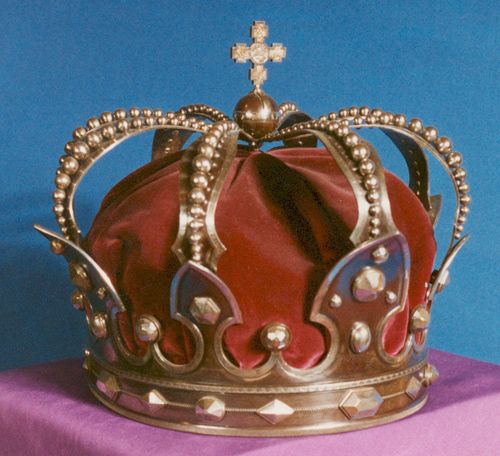 Steel Crown of King Carol I, Romania (1881; steel, velvet). Made from a cannon captured from the Ottoman Empire during the Romanian War for Independence (1877-1878). King Carol chose for his crown to be made of steel to commemorate the bravery of Romanian soldiers.