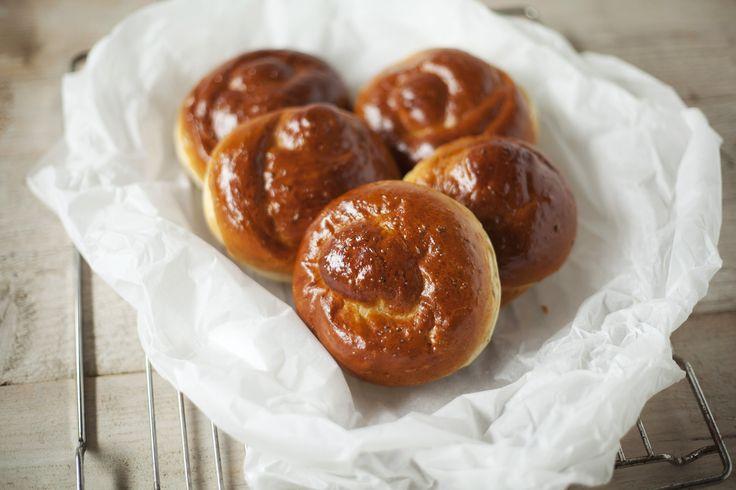 """Anijskrollen. Roomboterbroodje met anijs en honing, in een knoop gedraaid vandaar de naam """"krol"""" verbastering van """"krul"""" Het broodje snijd je door smeer je een beetje boter op en beleg hem met 2 speculaasjes. Smakelijk!"""