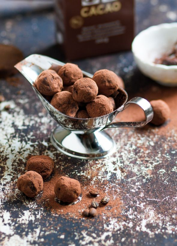 KAHVILLA MAUSTETUT SUKLAATRYFFELIT   CHOCOLATE TRUFFLES WITH A HINT OF ESPRESSO