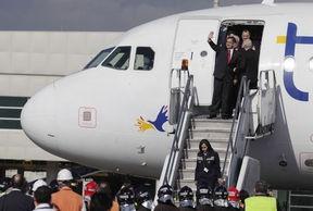 El Alcalde de Quito, Augusto Barrera, saluda a los presentes a su arribo, en un avión de Tame, a la nueva terminal aérea de la ciudad, el jueves 11 de octubre de 2012. Foto: EL COMERCIO.