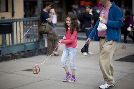 Der unsichtbare Hund: Diese Chaos-Guerilla-Taktik habe ich zum ersten Mal bei einem schwulen Pärchen während der Regenbogenparade gesehen. Ein echter Hingucker und die perfekte Möglichkeit verstörte Blicke auch sich zu ziehen: ein Mann hielt eine Hundeleine, die mit Draht verstärkt war und daran befestigt war ein Beißkorb… aber kein Hund!  Mehr lesen auf: http://www.benediktahlfeld.com/blog/chaos-guerilla-taktiken
