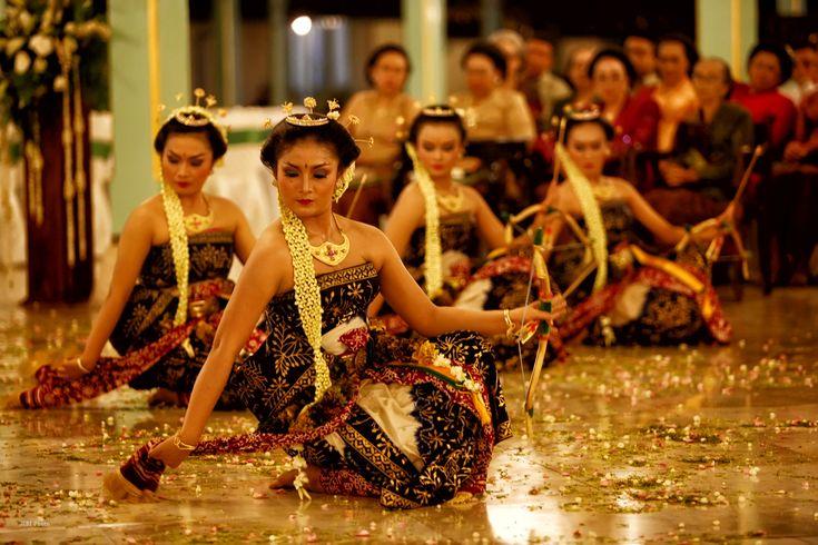 Menilik 6 Kesenian Tradisional Indonesia Yang Terkenal Kemistisanya | PiknikDong