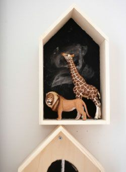 Niche en pin avec figurines représentant un lion et une girafe