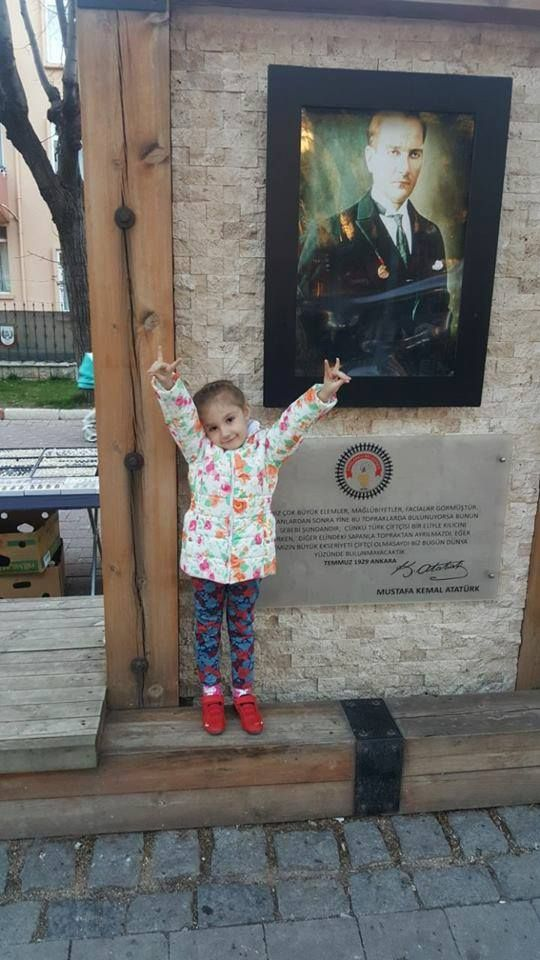 Şehit polis Nefise Özsoy'un Bozkurt Yürekli Atatürkçü balası şirin kız Elif, anasının kızı olduğunu Bozkurt selamıyla tamgalıyor...