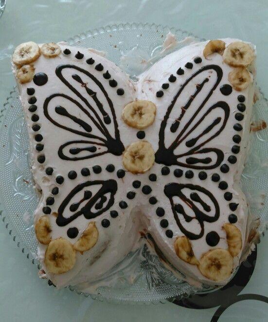 Kelebekli pasta: pastaban, çikolata damlacıkları, muz, çikolata sosu, krem şanti