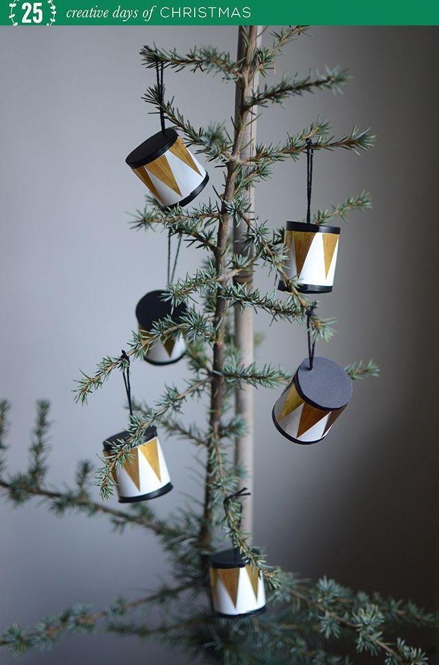 """I dag är det jag som står för lucköppningen i vår julkalender""""25 kreativa dagar i december"""". I går visadeoch bjöd Sofia med bloggenHildashemså generöst på fina mallar och bilder till..."""