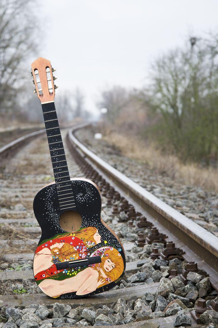 painted guitar maľba na starej nefunkčnej gitare nájdenej pri smetiakoch .. Gustav Klimt - Water snake