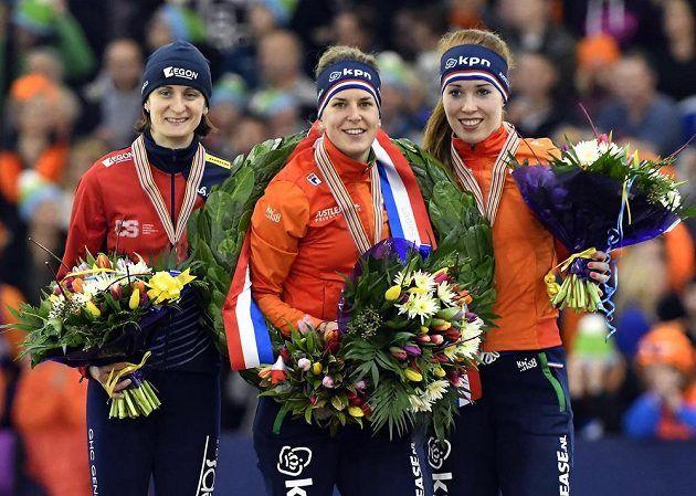 Tři nejlepší závodnice vícebojařského ME: (zleva) stříbrná Martina Sáblíková, vítězka Ireen Wüstová z Nizozemska a její bronzová krajanka Antoinette de Jongová.