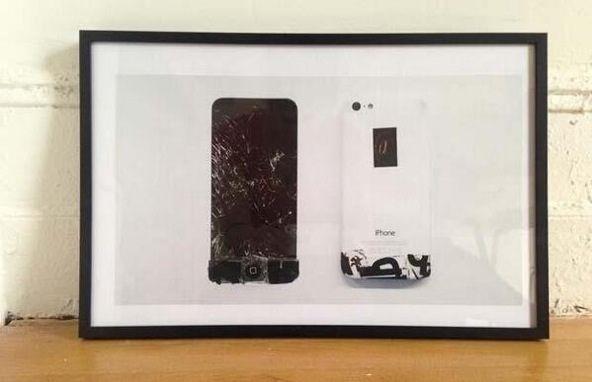 Un artista ha rotto il suo iPhone e ora sta vendendo stampe del suo iPhone rotto per comprarne uno nuovo. #genio