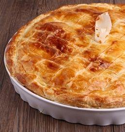 Дюкановский пирог с мясом  мясной пирогИнгредиенты для теста: Обезжиренный творог — 150 грамм Овсяные отруби — 2 ст. ложки Кукурузный крахмал — 1 ч.л. Куриное яйцо — 1 шт Сухие дрожжи — 0,5 ч.л. Специи и зелень Ингредиенты для начинки: Куриное филе — 150 грамм Луковицы средняя — 1 шт Вода Специи http://www.dietplans10.com/dukanovskie-recepti/