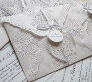 Convite de casamento com envelope de papel rendado. Super romântico e delicado! Ideal para os noivos que procuram convites românticos e originais.
