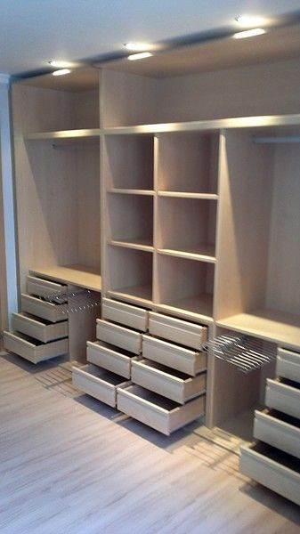 Instalación y venta de armario empotrado realizado en Madrid por los chicos de Carpitas 2010, combinando el interior en Haya C con un frente japones combinado blanco con cristal pistacho, el interior con diversos pantaloneros y cajoneras...
