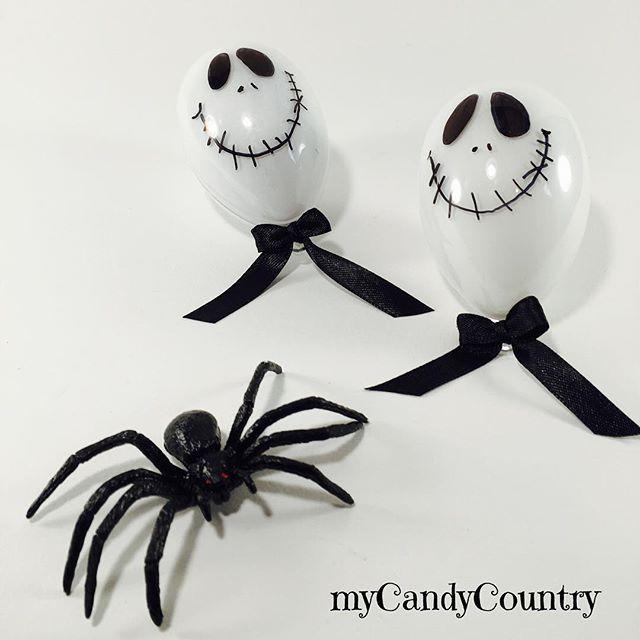 Come fare un anello ragno per la festa di Halloween. Idea creativa per realizzare anelli bijoux fai da te per bambini per la festa di Halloween.