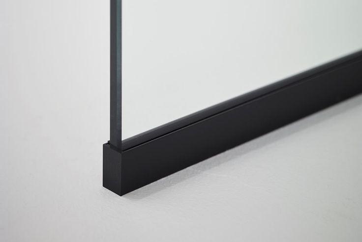 Duschväggen TRAC har en skena i matt svart finish.