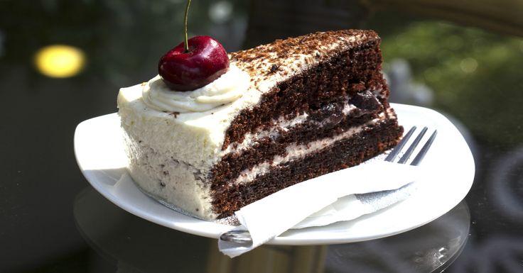 Receta de la tradicional y también irreprimible torta selva negra, es una receta muy simple de hacer y rica. Conoce sus ingredientes y pasos a seguir.