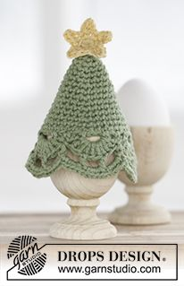 "Free Pattern Crochet DROPS Christmas tree egg warmer with star and fan pattern in ""Belle""."