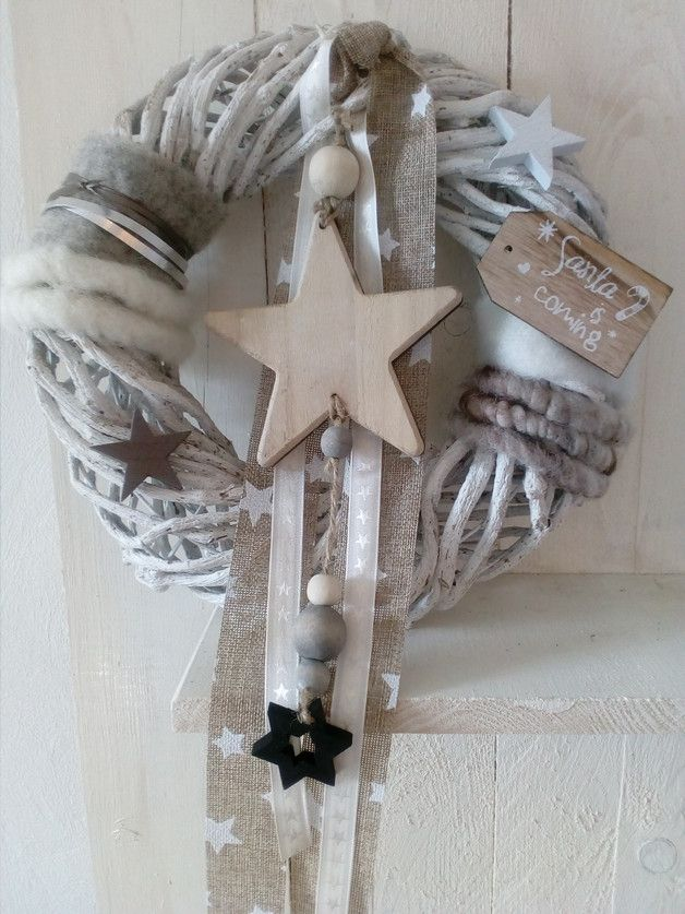 Ein zauberhafter Tür/Wandkranz, welcher dich durch die besinnliche Weihnachtszeit begleitet... Verarbeitet wurden ein geweißter Lianenkranz, Topfband, Wollfleece-Kordeln und Dekobänder,...