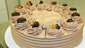 Alt-Wiener Schoko-Nuss-Torte auf einer Tortenplatte