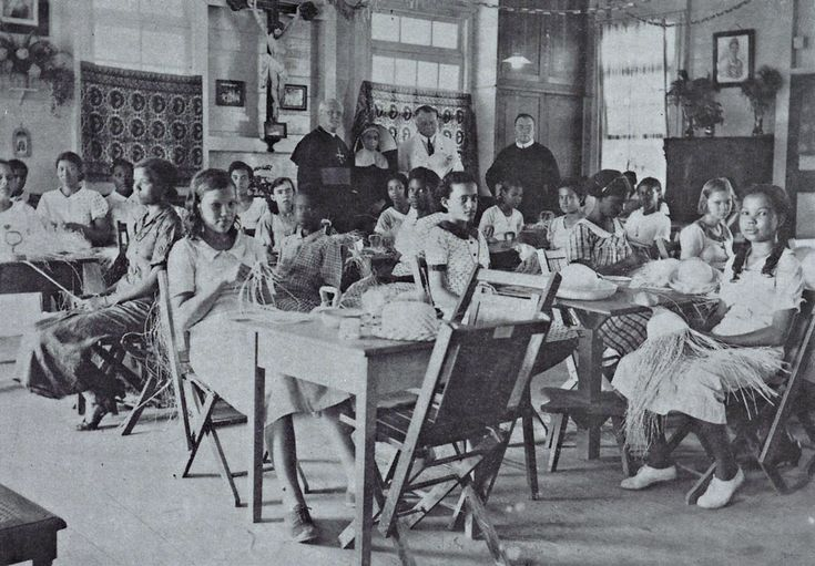 De Vlechtschool aan de Mgr. Wulfinghstraat te Paramaribo in 1938. Klik foto voor meer info.