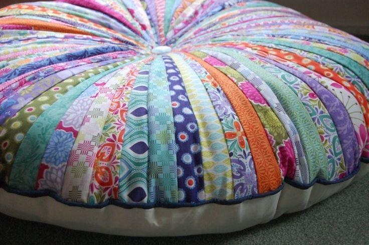 patchwork facile - pouf mignon en chutes de tissu multicolores à motifs badins