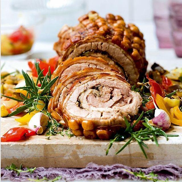 Porcetta - slik serverer italienerne ribben. De krydrer, ruller og lar den godgjøre seg lenge og vel i ovnen. Nam! Oppskrift og foto: Nadin Martinuzzi #ribbe #porcetta #ribberull #italiensk #julemat #oppskriftibladet #matogvin