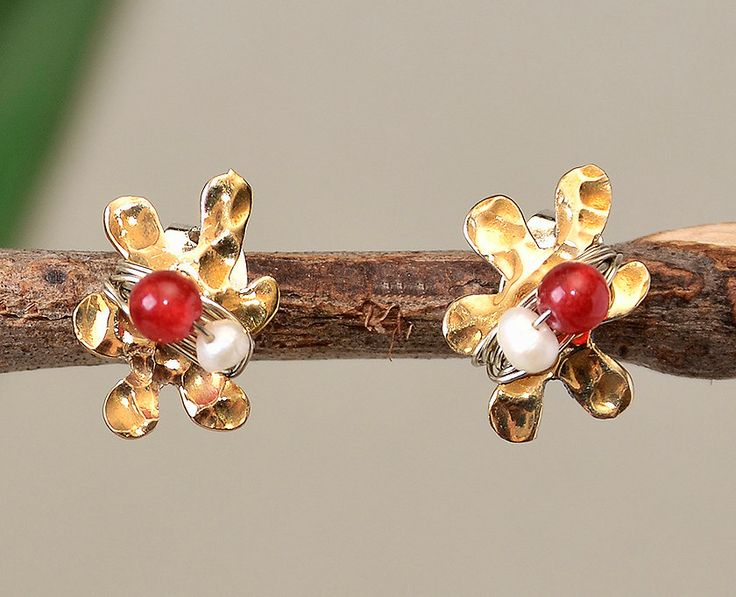 Flower studs, nature earrings, hammered jewelry, garnet jade studs, white pearl stud, tumbaga ornaments, daughter gift, tiny flower posts by ColorLatinoJewelry on Etsy