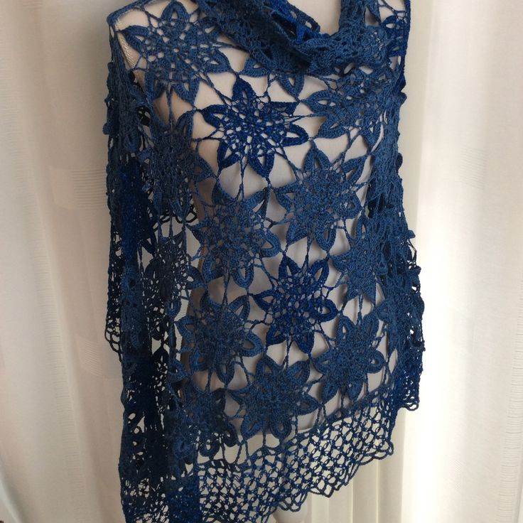 Gehaakte sjaal in royal blue met mooie aan elkaar gehaakte bloemen. Hier en daar een bloem in royal blue met glitter. Chrochet Shawl. Wrap. Triangle Shawl. Geschikt voor voorjaar en zomer.   En kan ook als om de heupen.