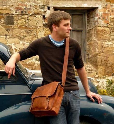 Découvrez comment porter un sac bandoulière homme, un sac besace en travers du corps avec du style, conseils de mode pour hommes.