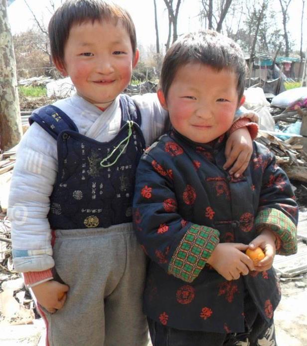 Ben y Jon están en familia de acogida en Anhui. Les encanta jugar al balón y explorar el huerto que hay en frente de su casa. No solo son hermanos de acogida sino que son los mejores amigos!