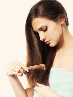 Haarausfall? Keine Panik! Das kannst du dagegen tun. 60 bis 70% aller Frauen sind früher oder später, hormonell oder erblich bedingt, von Haarausfall betroffen.  50 bis 150 Haare am Tag zu verlieren ist normal.