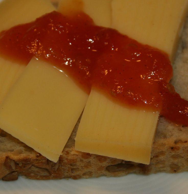 I kantinen på jobben har de en marmelade de serverer til ost, den har en fantastisk farge og smaker nydelig til både brie og blåmuggost. Det...