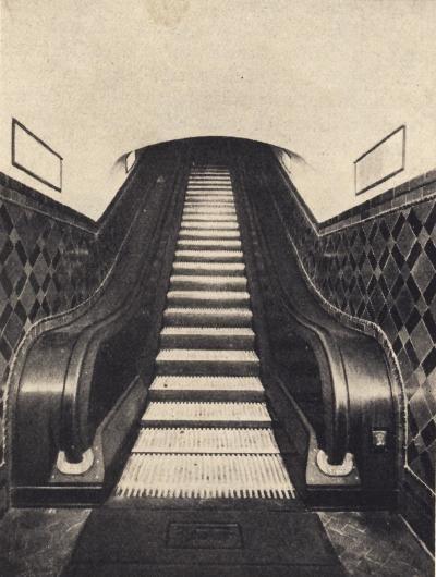 La línea de los españoles, 79 años uniendo destinos- Escalera mecánica